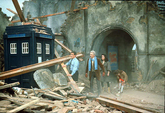 Daleks-Invasion-Earth-2150-AD-cushing tardis