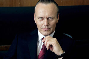 http://www.doctorwhotv.co.uk/wp-content/uploads/anthony-head-doctor-who-school-reunion-300x200.jpg